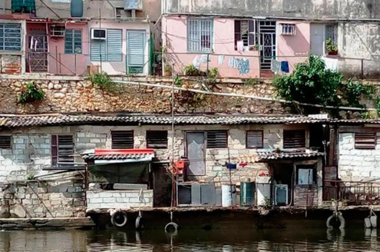 Viviendas a la orilla del Río Almendares, en el Fanguito, municipio Plaza, La Habana