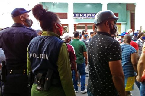 Police officers squaring off with protesters at the 11-J protests in Havana. (DIARIO DE CUBA)