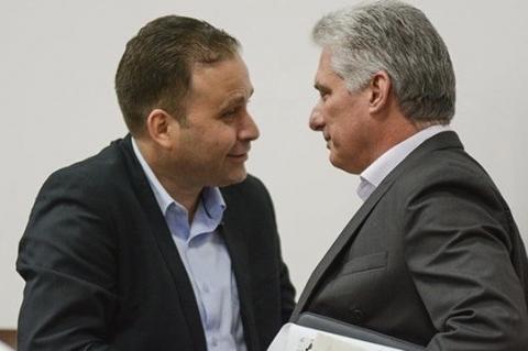 Luis Morlote (izq.), presidente de la UNEAC, y Miguel Díaz-Canel. (ACN)
