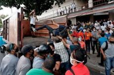 Protesta popular y reacción oficialista ante el ICRT, 11 de julio de 2021. (YUNIOR GARCÍA/ FACEBOOK)
