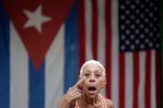 Delante de las dos banderas. REUTERS