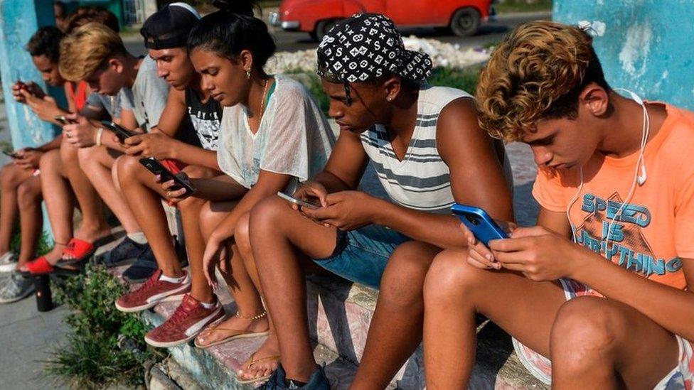 Jóvenes cubanos conectados a las redes sociales. (GETTY IMAGES)